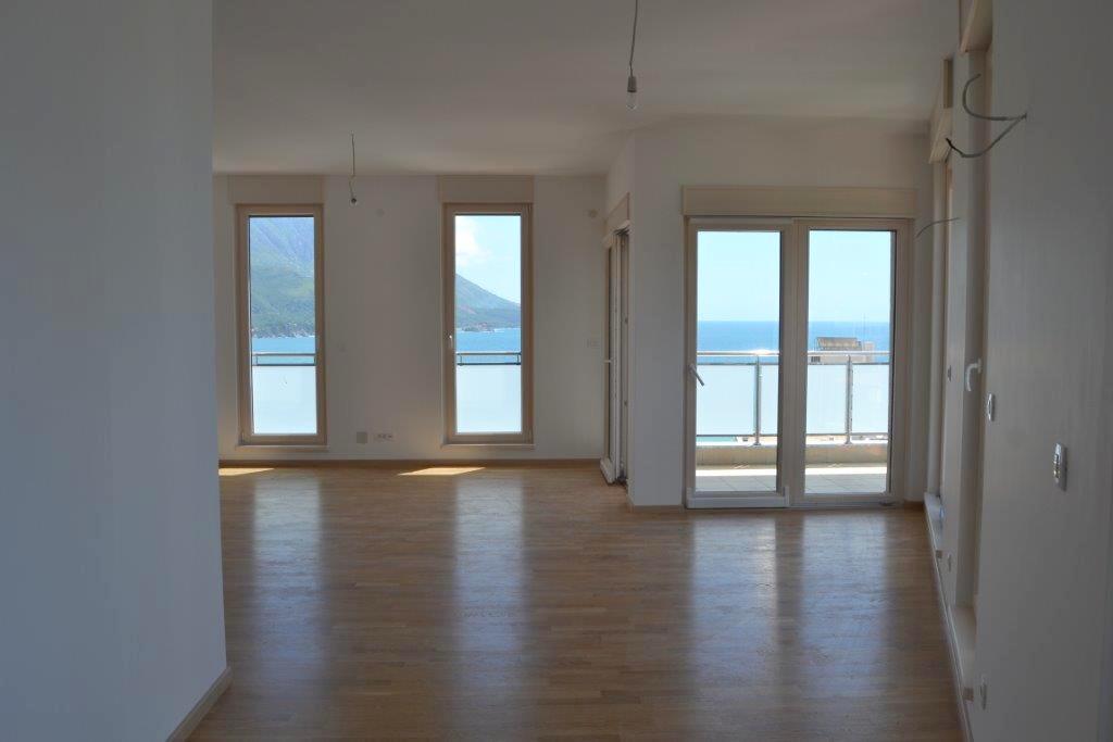Пентхаус с видом на море в новом доме в Бечичи