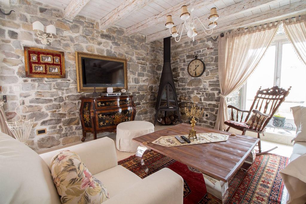 Старинный дом в Тивате на 1 линии