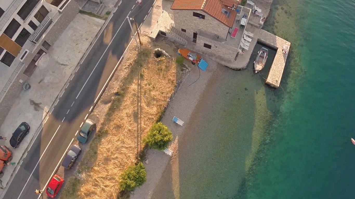Вилла с бассейном у самого берега