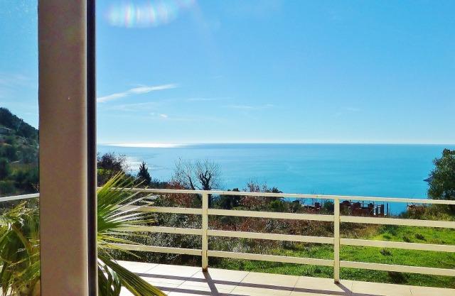 Просторная квартира над пляжем Яз с видом на море