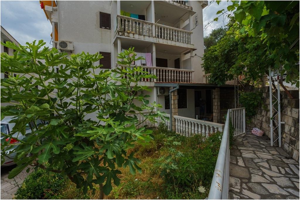Уютная квартира со своим двориком в Будве