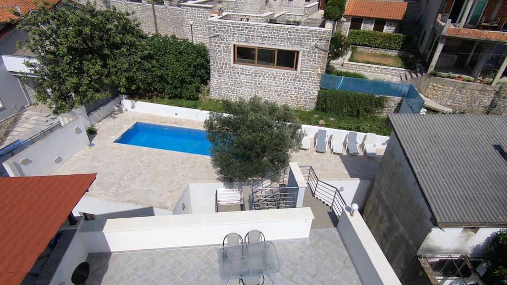 Апарт-отель с бассейном на первой линии