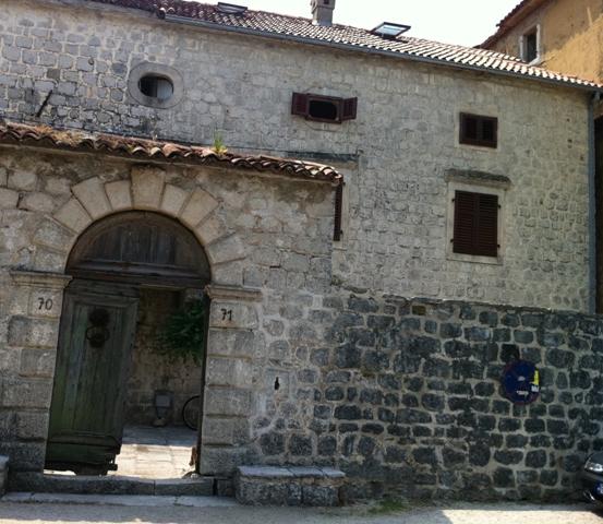 Каменный дом под реконструкцию на первой линии