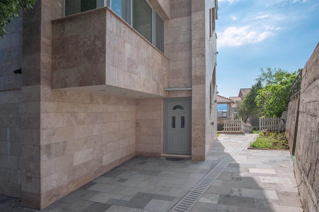 Новый дом в Тивате, в 50 м от моря