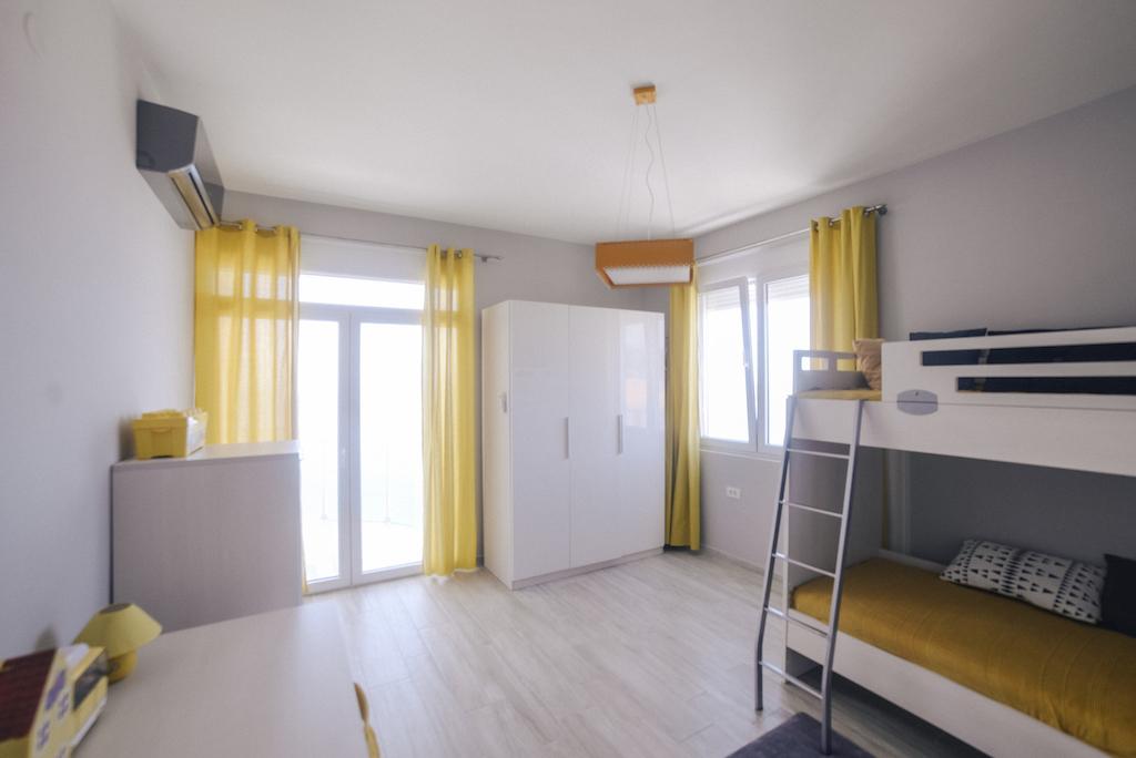 Просторный апартамент в жилом комплексе на первой линии