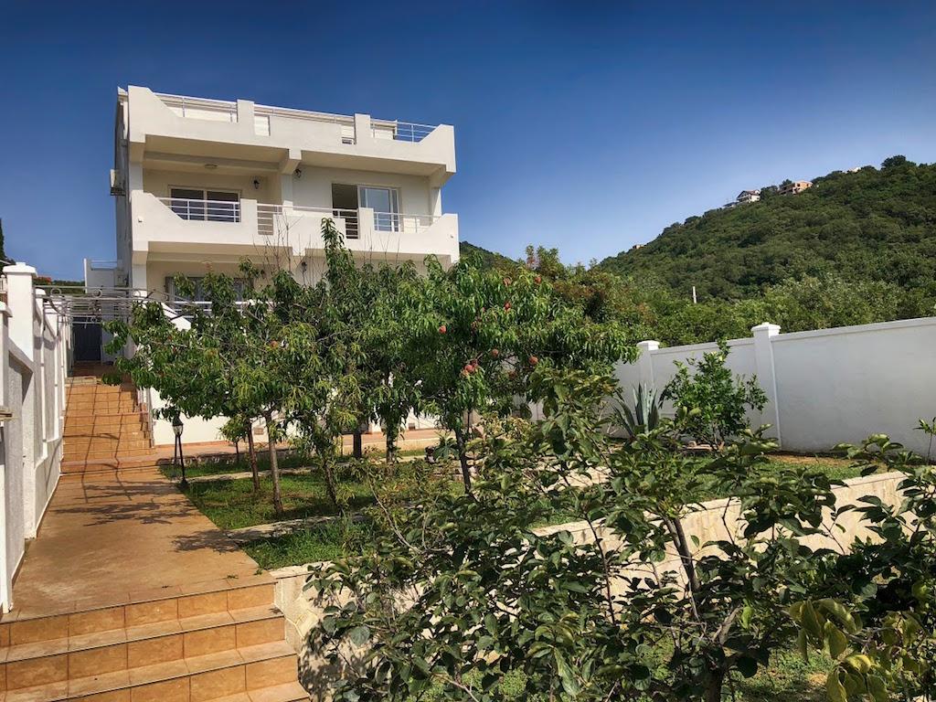 Новый трехэтажный дом с садом в 200 м от моря в Утехе