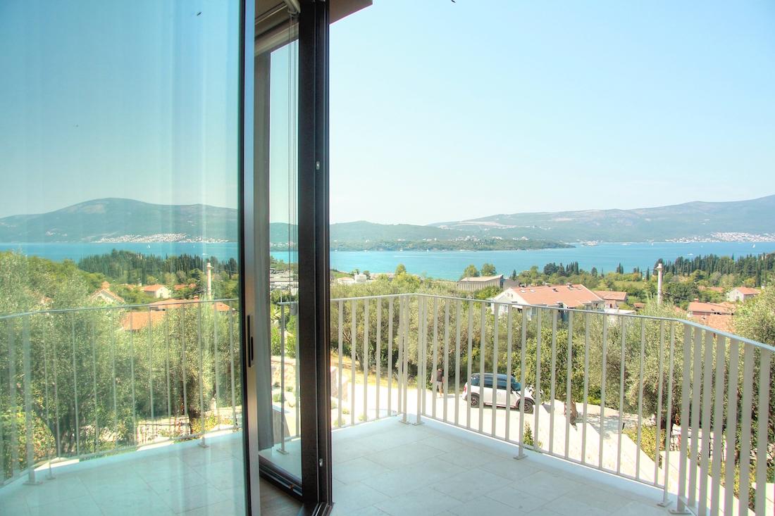 Новая роскошная вилла с бассейном и видом на Тиватский залив