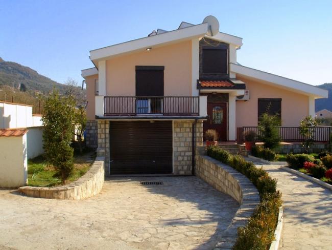 Дом с бассейном в Баре