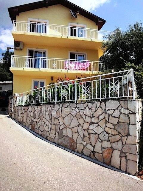 Новый дом в зеленом районе Будванской ривьеры
