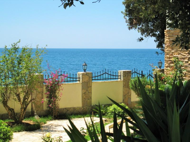 Вилла у самого берега моря