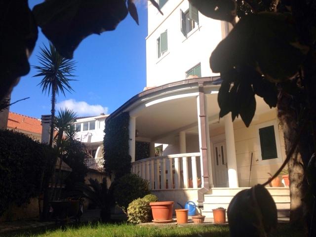 Апартамент с зеленым двориком в Будве